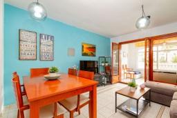 Гостиная / Столовая. Испания, Альбир : Красивая квартира с ярким интерьером, идеально расположена в центре Альбира и всего в 100 метрах от пляжа, с 2 спальнями, ванной комнатой, французским балконом и общим бассейном