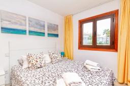 Спальня. Испания, Альбир : Красивая квартира с ярким интерьером, идеально расположена в центре Альбира и всего в 100 метрах от пляжа, с 2 спальнями, ванной комнатой, французским балконом и общим бассейном
