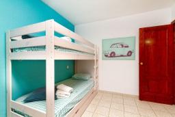 Спальня 2. Испания, Альбир : Красивая квартира с ярким интерьером, идеально расположена в центре Альбира и всего в 100 метрах от пляжа, с 2 спальнями, ванной комнатой, французским балконом и общим бассейном