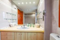 Ванная комната. Испания, Альбир : Красивая квартира с ярким интерьером, идеально расположена в центре Альбира и всего в 100 метрах от пляжа, с 2 спальнями, ванной комнатой, французским балконом и общим бассейном