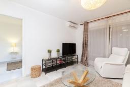 Гостиная / Столовая. Испания, Альбир : Стильная светлая квартира в многоквартирном доме с лифтом, идеально расположена в центре Альбира и всего в 200 метрах от пляжа, 2 спальнями, 2 ванными комнатами и общим бассейном.