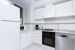 Кухня. Испания, Альбир : Стильная светлая квартира в многоквартирном доме с лифтом, идеально расположена в центре Альбира и всего в 200 метрах от пляжа, 2 спальнями, 2 ванными комнатами и общим бассейном.