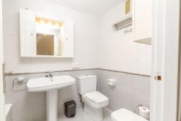 Ванная комната. Испания, Альбир : Стильная светлая квартира в многоквартирном доме с лифтом, идеально расположена в центре Альбира и всего в 200 метрах от пляжа, 2 спальнями, 2 ванными комнатами и общим бассейном.
