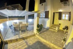 Терраса. Испания, Торревьеха : Эксклюзивный таунхаус с современным интерьером, идеально расположен в тихом месте, но в непосредственной близости от центра города Торревьеха, 2 спальни, 2 ванные комнаты, недалеко есть общий бассейн
