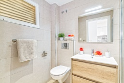 Ванная комната. Испания, Альбир : Прекрасная квартира, расположенная в центре Альбира всего в 100 метрах ходьбы от пляжа, 4 этаже в многоквартирном доме с лифтом, 1 спальня, 1 ванная комната, общий бассейн, кондиционер и Wi-Fi
