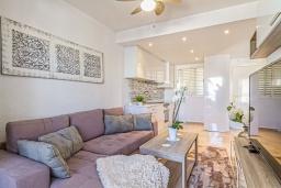 Гостиная / Столовая. Испания, Альбир : Прекрасная квартира, расположенная в центре Альбира всего в 100 метрах ходьбы от пляжа, 4 этаже в многоквартирном доме с лифтом, 1 спальня, 1 ванная комната, общий бассейн, кондиционер и Wi-Fi