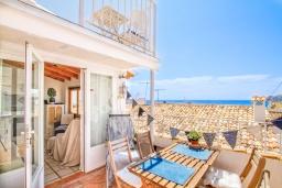 Терраса. Испания, Алтея : Уникальный загородный таунхаус с собственной террасой, расположенный всего в 50 метрах от церкви Альтеа, с 2 спальнями, 2 ванными комнатами и террасой с видом на море и город.