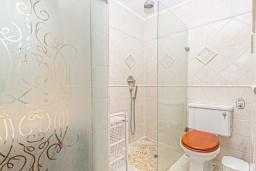 Ванная комната. Испания, Алтея : Уникальный загородный таунхаус с собственной террасой, расположенный всего в 50 метрах от церкви Альтеа, с 2 спальнями, 2 ванными комнатами и террасой с видом на море и город.