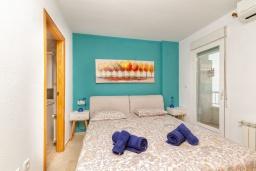 Спальня. Испания, Альбир : Очаровательная квартира в центре города Альбир, с ярким стильным интерьером, который не оставит вас равнодушным, с 2 спальнями, 2 ванными комнатами и общим бассейном на территории жилого комплекса