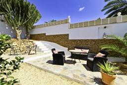 Патио. Испания, Альфас-дель-Пи : Просторная, свежая и прекрасная квартира в частном двухквартирном доме, расположена в Альфас-дель-Пи, с 3 спальнями, ванной комнатой и частным бассейном