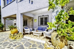 Терраса. Испания, Альфас-дель-Пи : Просторная, свежая и прекрасная квартира в частном двухквартирном доме, расположена в Альфас-дель-Пи, с 3 спальнями, ванной комнатой и частным бассейном