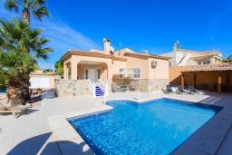Вид на виллу/дом снаружи. Испания, Сьюдад Кесада : Прекрасный испанский стиль и очень просторная вилла с 3 спальнями и 3 ванными комнатами с большим частным бассейном.