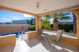 Терраса. Испания, Сьюдад Кесада : Прекрасный испанский стиль и очень просторная вилла с 3 спальнями и 3 ванными комнатами с большим частным бассейном.