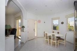Обеденная зона. Испания, Сьюдад Кесада : Прекрасный испанский стиль и очень просторная вилла с 3 спальнями и 3 ванными комнатами с большим частным бассейном.