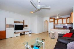 Гостиная / Столовая. Испания, Ла-Нусия : Просторная квартира на первом этаже в расположенная в городе Лос Паласиос, 2 спальни, 1 семейная ванная комната и общий бассейн