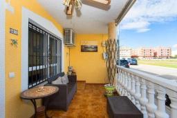 Терраса. Испания, Ла-Нусия : Просторная квартира на первом этаже в расположенная в городе Лос Паласиос, 2 спальни, 1 семейная ванная комната и общий бассейн