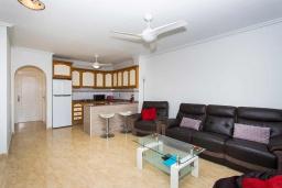 Студия (гостиная+кухня). Испания, Ла-Нусия : Просторная квартира на первом этаже в расположенная в городе Лос Паласиос, 2 спальни, 1 семейная ванная комната и общий бассейн