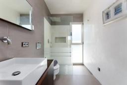 Ванная комната. Испания, Маррачи : Стильное шале с частным бассейном и садом