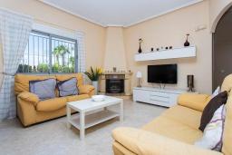 Гостиная / Столовая. Испания, Сьюдад Кесада : Прекрасная вилла для семейного отдыха с 3 спальнями, 2 ванными комнатами и террасой на крыше, оборудована кондиционерами и Wi-Fi