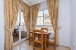 Обеденная зона. Испания, Гуардамар-дель-Сегура : Просторная трехкомнатная квартира с двумя ванными комнатами и всего в 5 минутах от центра города Гуардамар и всего в нескольких минутах от потрясающих белых песчаных пляжей.