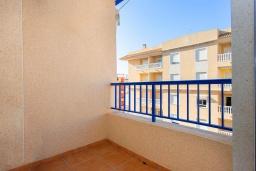 Балкон. Испания, Гуардамар-дель-Сегура : Просторная трехкомнатная квартира с двумя ванными комнатами и всего в 5 минутах от центра города Гуардамар и всего в нескольких минутах от потрясающих белых песчаных пляжей.