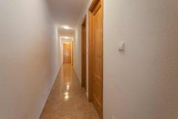 Коридор. Испания, Гуардамар-дель-Сегура : Просторная трехкомнатная квартира с двумя ванными комнатами и всего в 5 минутах от центра города Гуардамар и всего в нескольких минутах от потрясающих белых песчаных пляжей.