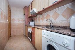 Кухня. Испания, Гуардамар-дель-Сегура : Просторная трехкомнатная квартира с двумя ванными комнатами и всего в 5 минутах от центра города Гуардамар и всего в нескольких минутах от потрясающих белых песчаных пляжей.