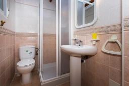 Ванная комната. Испания, Гуардамар-дель-Сегура : Просторная трехкомнатная квартира с двумя ванными комнатами и всего в 5 минутах от центра города Гуардамар и всего в нескольких минутах от потрясающих белых песчаных пляжей.