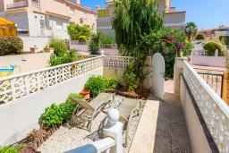 Терраса. Испания, Сьюдад Кесада : Этот прекрасный 2-спальный таунхаус расположен в популярном районе Донья Пепа, недалеко от всех местных удобств,  в охраняемом поселке среди ухоженных садов и с видом на превосходный общий бассейн.