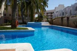 Зона отдыха у бассейна. Испания, Нерха : Замечательные апартаменты с видом на цветущий сад, бассейном и солнечной террасой в Нерхе, в 100 метрах от песчаного пляжа PLAYA CARABEO, 3 спальни, 2 ванные комнаты, центральное отопление, бесплатный Wi-Fi.