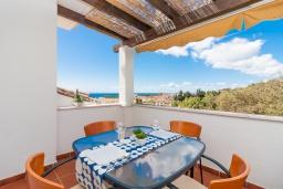 Обеденная зона. Испания, Марбелья : Фантастические апартаменты с детской площадкой, теннисным кортом, роскошным бассейном и гаражом в 400 м от пляжа Касабланка в городе Марбелья, 3 спальни, 2 ванные комнаты и бесплатный Wi-Fi.