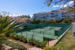 Развлечения и отдых на вилле. Испания, Марбелья : Фантастические апартаменты с детской площадкой, теннисным кортом, роскошным бассейном и гаражом в 400 м от пляжа Касабланка в городе Марбелья, 3 спальни, 2 ванные комнаты и бесплатный Wi-Fi.