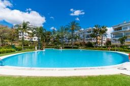 Зона отдыха у бассейна. Испания, Марбелья : Фантастические апартаменты с детской площадкой, теннисным кортом, роскошным бассейном и гаражом в 400 м от пляжа Касабланка в городе Марбелья, 3 спальни, 2 ванные комнаты и бесплатный Wi-Fi.