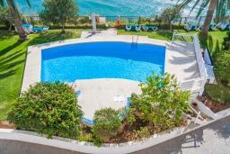 Зона отдыха у бассейна. Испания, Нерха : Изысканные апартаменты с общим бассейном, барбекю и садом в районе пляжа Бурриана в Нерхе, 3 спальни, ванная комната, Wi-Fi.