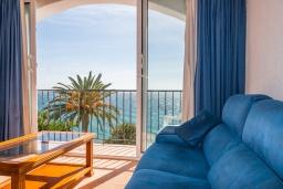 Гостиная / Столовая. Испания, Нерха : Изысканные апартаменты с общим бассейном, барбекю и садом в районе пляжа Бурриана в Нерхе, 3 спальни, ванная комната, Wi-Fi.