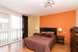 Спальня. Испания, Фуэнхирола : Уютные семейные апартаменты в отличном месте в самом центре Фуэнхиролы - Лос Болич, всего в 5 минутах ходьбы от пляжей Фуэнхирола и Лос-Боличес, 4 спальни, 2 ванные комната, отдельная кухня, бесплатный Wi-Fi.