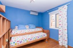 Спальня 3. Испания, Фуэнхирола : Уютные семейные апартаменты в отличном месте в самом центре Фуэнхиролы - Лос Болич, всего в 5 минутах ходьбы от пляжей Фуэнхирола и Лос-Боличес, 4 спальни, 2 ванные комната, отдельная кухня, бесплатный Wi-Fi.