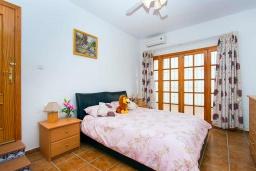 Спальня. Испания, Сьюдад Кесада : Фантастическая отдельная вилла с 4 спальнями и 2 ванными комнатами и собственным бассейном, идеально подходит для семейного отдыха.