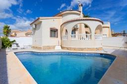Вид на виллу/дом снаружи. Испания, Сьюдад Кесада : Идеальная вилла для отдыха на Коста Бланка, в нескольких минутах езды от всех удобств и потрясающих пляжей, с 3 спальнями, 1 ванной комнатой и частным бассейном.
