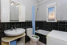 Ванная комната. Испания, Сьюдад Кесада : Идеальная вилла для отдыха на Коста Бланка, в нескольких минутах езды от всех удобств и потрясающих пляжей, с 3 спальнями, 1 ванной комнатой и частным бассейном.
