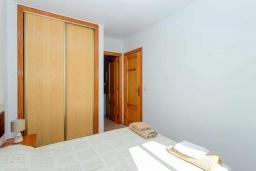 Спальня. Испания, Торревьеха : Красивые апартаменты расположенные менее чем в 400 метрах от популярного пляжа в Торревьехе, с 1 спальней и 1 ванной комнатой