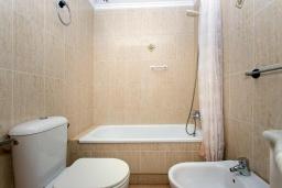 Ванная комната. Испания, Торревьеха : Красивые апартаменты расположенные менее чем в 400 метрах от популярного пляжа в Торревьехе, с 1 спальней и 1 ванной комнатой