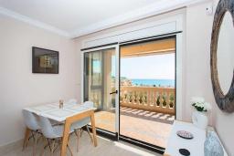 Обеденная зона. Испания, Торревьеха : Просторная квартира с 2 спальнями и 2 ванными комнатами, всего в 500 метрах от потрясающих белых песчаных пляжей.