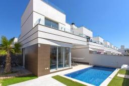 Вид на виллу/дом снаружи. Испания, Сьюдад Кесада : Современная вилла с 3 спальнями и 3 ванными с собственным бассейном расположенная менее чем в 5 минутах ходьбы от коммерческого района Донья Пепа.