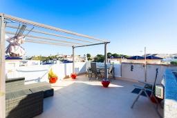 Терраса. Испания, Сьюдад Кесада : Красивый и недавно отремонтированный, современный таунхаус с 2 спальнями с большим угловым участком, расположенный в небольшом сообществе домов с прекрасным закрытым общим бассейном в 20 м от дома.