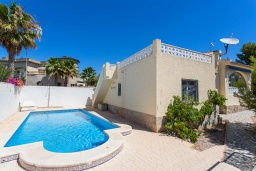 Бассейн. Испания, Сьюдад Кесада : Прекрасная вилла в Сьюдад Кесада с частным бассейном, 3 спальнями, 2 ванными комнатами, кондиционером и бесплатным Wi-Fi