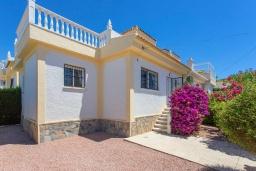 Вид на виллу/дом снаружи. Испания, Сьюдад Кесада : Очаровательный небольшой дом с 2 спальнями, расположенное на холме в Кесаде, имеет прекрасный вид на соленые озера и саму старую Кесаду.