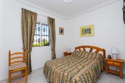 Спальня. Испания, Сьюдад Кесада : Очаровательный небольшой дом с 2 спальнями, расположенное на холме в Кесаде, имеет прекрасный вид на соленые озера и саму старую Кесаду.