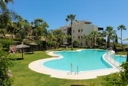 Вид на виллу/дом снаружи. Испания, Бенаавис : Роскошная квартиры на первом этаже в Лос Фламинго с бассейном, детской площадкой и теннисным кортом в городе Эстепона, в 1,9 км от пляжа Эль-Саладильо, 2 спальни, 2 ванные комнаты, Wi-Fi.
