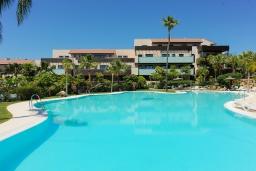 Бассейн. Испания, Бенаавис : Роскошная квартиры на первом этаже в Лос Фламинго с бассейном, детской площадкой и теннисным кортом в городе Эстепона, в 1,9 км от пляжа Эль-Саладильо, 2 спальни, 2 ванные комнаты, Wi-Fi.